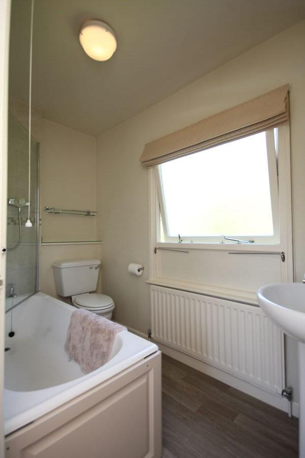 Wisteria Apartment Bathroom